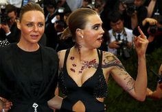 cara delevingne gives the finger at the met gala 2015