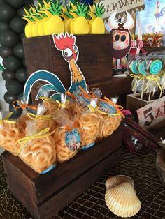 Vou fazer de izopor os caichotes Moans Birthday Party, Moana Birthday Party Theme, Moana Themed Party, Hawaiian Birthday, Luau Birthday, 6th Birthday Parties, Luau Party, Kids Birthday Themes, Moana Party
