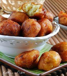 CEKODOK PISANG.... Rangup di luar, Gebu di dalam - crispy shell, tender inside. ~ Rice flour/tepung beras. This recipe's English translation is quite decent if one is interested in these Banana Fritters.