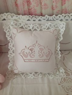 b Tambour Embroidery, Hand Embroidery, Linen Pillows, Decorative Pillows, Sewing Crafts, Sewing Projects, Cut Work, Sewing Techniques, Needlework