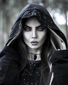 Gothic Girls, Gothic Lolita, Goth Beauty, Dark Beauty, Dark Queen, Witch Makeup, Simple Portrait, Maquillage Halloween, Halloween Makeup