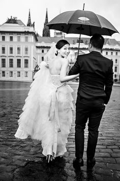 I love her look in front of the prague castle Prague Castle, Asian Bride, Bridal Beauty, Wedding Pictures, Love Her, Wedding Venues, That Look, Wedding Dresses, Prague Travel