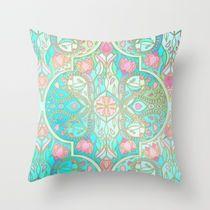Society6(ソサエティシックス)のデザイナーズ「クッションカバー」です。  Cool Jade & Icy Mint Decorative Moroccan Tile Pattern by Micklyn  スカイブルー(水色)を基調としたモロッコ柄のタイルが描かれたシンプルでおしゃれなクッションカバーです(*゜▽゜*)♪  世界中のアーティストデザインのおしゃれなクッションカバーが、  あなたの家のどの部屋にもぴったりのアクセントとなるでしょう。  【デザイン性】   両面に同じデザインがプリントされ、  ファスナーは外側から見えないよう施されています。  【機能性】   吸湿性が低いので濡れても乾きやすく、   高い耐久性を誇っています。   【手触り】   コシのあるしっかりとした生地(きじ)で暖かさがあり、   柔らかく膨らみのある触り心地です。   【お手入れ方法】   クッションカバー:しみ抜きのみ可能です。   【生地】   スパン糸(ポリエステル100%)で密に織ったポプリン生 地です。    ※スパン糸(ポリエステル100%)とは:    …