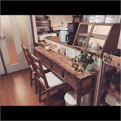 女性で、2LDKのダイニング/賃貸/カウンターテーブル/机についてのインテリア実例を紹介。「ダイニングテーブルのうち二脚はベンチにしたのでいままで使っていたダイニングチェアはカウンターに持ってきました(*´ㅂ`*)  さっそくコーヒー入れてカムホーム読みます♡笑」(この写真は 2015-11-19 17:02:41 に共有されました)