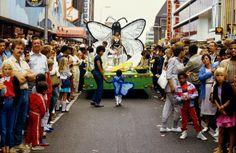 1e Zomercarnaval (Antilliaans carnaval) 1983, Utrecht   analoge diapositief kleurenfotografie, gescand van film op 4000 dpi door studio Care Graphics   © Charley van Doorn archief - outdoors photography - straatfotografie © Utrecht, Tennis Racket, Studio, Film, Sports, Mardi Gras, Movie, Hs Sports, Study