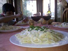 Tallarines Salsa Alfredo con nueces y cilantro Salsa Alfredo, Pasta, Cilantro, Spaghetti, Ethnic Recipes, Food, Tagliatelle, Sauces, Essen