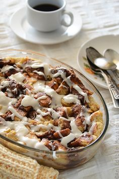 Cinnamon Bun Bread Pudding - One of over 30 beautiful brunch recipes for Mother's Day, or any special occasion! The collection includes main dishes, appetizers, drinks, and desserts. Just Desserts, Delicious Desserts, Yummy Food, Yummy Treats, Brunch Recipes, Dessert Recipes, Brunch Ideas, Easter Recipes, Breakfast Recipes