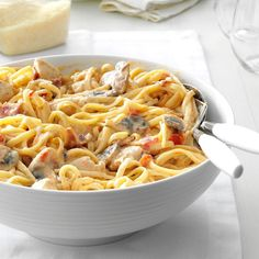 Chicken-Pepper Alfredo Recipe -When I want a lighter dinner, I use lean turkey bacon in this recipe. It gives the pasta that richness you want without all the extra fat. Creamy Chicken Pasta, Chicken Pasta Bake, Chicken Pasta Recipes, Chicken Alfredo, Pasta Meals, Cooked Chicken, Shrimp Pasta, Paula Deen, Quinoa