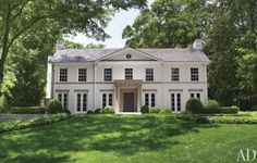 Suzanne Kasler Transforms her Federal-Style Fixer Upper in Atlanta With a new limestone portico and a fresh coat of cream-color paint, Kasler's house now possesses the mien of an English Regency mansion. Architectural Digest, White Exterior Houses, White Houses, Exterior Paint Colors, Exterior Design, Style At Home, Villa, Atlanta Homes, Classic House