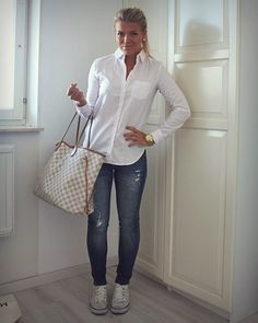 White collar button down, jeans, converse