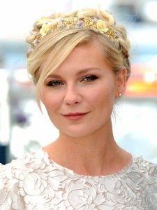 Las coronas de flores se pueden llevar bien tanto con el pelo suelto como con un romántico recogido.