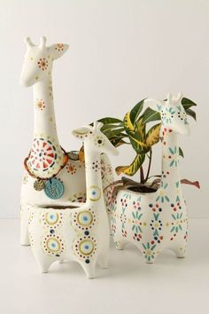 Giraffe pots, i would love to have these if only i didn't kill all house plants. Deco Pastel, Deco Floral, Ceramic Pottery, Ceramic Art, Slab Pottery, Stacked Pots, Diy Girlande, Flower Pots, Flowers