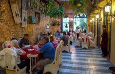 El Bar y Restaurante La California está situado a unos pasos del Malecón Habanero, en una mansión del siglo XIX que ha sido cuidadosamente restaurada.  La California dispone de un horno tradicional de leña que brinda un sabor excepcional a su gran variedad de pizzas. Otras especialidades de la casa son las pastas frescas y los platos de cocina criolla tradicional. #paladar #restaurante #habana #cuba