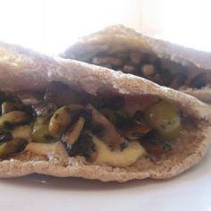 receta vegana de bocadillos de hummus, champiñones y aceitunas Lunch Time, Vegan Food, Recipe Ideas, Vegetarian Recipes, Sandwiches, Recipies, Wraps, Food And Drink, Meat