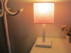 Lampara infantil sobremesa de madera con la base cuadrada en color blanco L 31 cm. este precio incluye la pantalla.  La pantalla forma cubo disponible en 5 colores a elegir Vichy azul , rosa , gris , beige y lila.  Medida pantalla 15 x 15 x 15