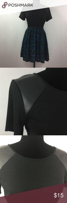 💎 Juniors Dress w/ Vegan Leather Detail Cute pre-loved dress by Eric + Lani w/ vegan Leather detail @ the shoulders ... Size: M - Juniors Colors: Black, Green & Blue ... Slight discoloration on the elastic @ the waistline (see picture) eric + lani Dresses