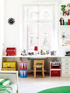 Kids room. Сделать стол у окна широким, чтобы сидеть и смотреть в окно + под ним сделать домик, повесив шторки. На ночь задвигать туда ящики на колесиках с игрушками.
