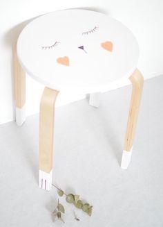 ★ Epinglé par www.la-petite-epicerie.fr Tutos et fournitures pour le Do It Yourself ★ DIY - tabouret Frosta customisé - Ikea