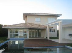 Casa com 1083m2 de terreno e 215m2 de area Cosntruida. Casa de quatro quartos em condomínio de luxo e lazer.