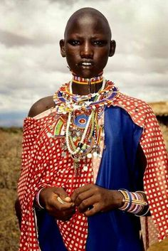The Maasai (/mɑːˈsaɪ, ˈmɑːsaɪ/) are a Nilotic ethnic group inhabiting northern, central and southern Kenya and northern Tanzania. African Inspired Fashion, Ethnic Fashion, African Fashion, African Tribes, African Women, African Wear, We Are The World, People Of The World, Masai Mode