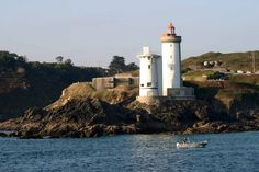 Les Phares du Petit Minou - Lighthouses at the entrance of Brest Paris Brest, Lighthouses, Brittany, Statue Of Liberty, Entrance, Travel, Celtic, Kitty, Plunge Pool