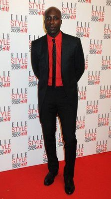 Groomsmen attire - Black suit, suspenders and tie with red shirt Black And Red Suit, Black Suit Men, Black Bow Tie, Groomsmen Attire Black, Groomsmen Suits, Ozwald Boateng, Suspenders And Tie, Elle Style Awards, St Style