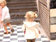 KIDS KNIT by Ministrikk: Josefine har på Ministrikks populære Dansekjole med trekvarter ermer og volanger på skuldrene.