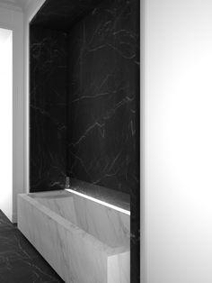 baignoire an marbre blanc stauaire , revêtments murs en marbre noir marquina
