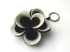Portachiavi a fiore di feltro.Flower felt keychain. от Chiarasole