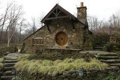 Fan de Tolkien, il habite une maison de hobbit