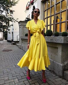 Pretty bright yellow midi dress with the cutest hot pink shoes. Dressy Dresses, Simple Dresses, Summer Dresses, Summer Outfits, Lace Dresses, Chic Outfits, Dress Outfits, Fashion Dresses, Pretty Outfits