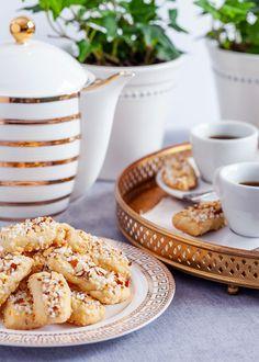 En klassisk småkaka som passar perfekt till fikat. Kakorna går utmärkt att frysa in. #7sorterskakor #finskapinnar #mandel #fika #kalas #småkaka Buns, Muffins, Cupcakes, Cookies, Desserts, Inspiration, Crack Crackers, Tailgate Desserts, Biblical Inspiration