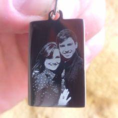 Dije con foto de Hijo y Madre  lleva contigo tus recuerdos. Pidela en http://Mgrabados.com #Joyas #Dije #Foto #Grabados #Mgrabados #Bogota #Regalos #Detalles #DiadelasMadres #Hijo