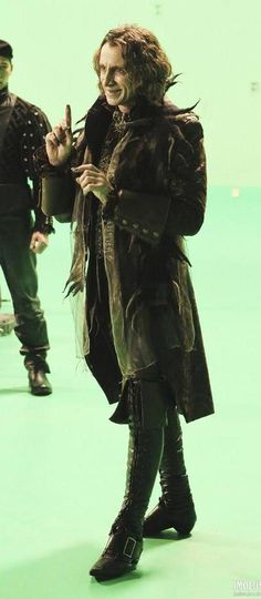 Robert Carlyle said that those boots take 20 minutes to put on and lace up... not suprised