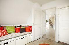 Gästrummet med gott om förvaring under den platsbyggda sängen.