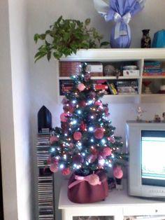 Albero di Natale con palline di lana rosa