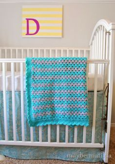 Pattern and photo step-by-step tutorial to crochet this cute granny stripe baby blanket with scalloped edge!