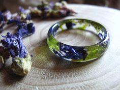 Bagues, Bague résine avec fleur bleue et moss est une création orginale de AlpacaBlue sur DaWanda