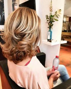 Capelli medi per belle donne - Haarschnitt frauen - Peinados Mid Length Curly Hairstyles, Trendy Hairstyles, Medium Curled Hairstyles, Mid Length Hair Curly, Hairstyles For Layered Hair, Square Face Hairstyles, Medium Hairstyle, Haircut For Thick Hair, Older Women Hairstyles
