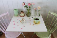 Kjøkkenkroken og nye loppisfunn :O) Nye, Table Settings, Table Decorations, Kitchen, Home Decor, Cuisine, Table Top Decorations, Kitchens, Interior Design