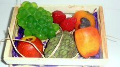 PROMOÇÃO! <br>Kit Sabonete de Frutas para Banho <br>Contém: <br>- 01 Sabonete Cacho de uvas verde ou rosada <br>- 01 Sabonete Fruta do Conde <br>- 01 Sabonete de Caju <br>- 01 Sabonete Manga pequena <br>- 01 Sabonete de Maçã madura pequena <br>- 02 Sabonetes de Morangos <br>Produtos produzidos com matéria prima hipoalergênica <br>Embalagem: plástico especial para sabonetes, caixinha ripada de feira, papel de seda, palha natural e rede limão. <br> <br>Produto para pronta entrega!