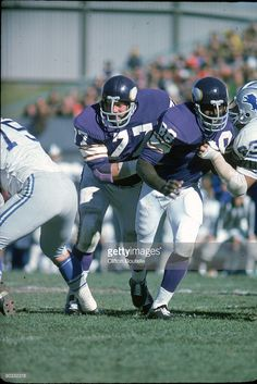 Defensive tackles Gary Larsen and Alan Page of the Minnesota Vikings run in pursuit against the Detroit Lions at Metropolitan Stadium on October 1974 in Minneapolis, Minnesota. The Lions defeated the Vikings Football Stuff, Nfl Football, Football Players, Football Helmets, Equipo Minnesota Vikings, Minnesota Vikings Football, Metropolitan Stadium, Chuck Noll, Viking Baby