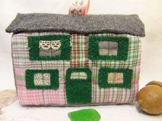 Maison de village miniature verte et rose déco ou jouet traditionnel.