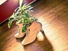 Schoenen en laarzen als bloempot of vaas (3 foto's)  Het eerste schoentje van je kind of die paar mooie cowboy laarzen die je niet meer aan trekt, maar ook geen afstand van kan doen. Gebruik ze als bloempot of bloemen vaas. Zet de vaas of de bloempot er in en klaar!