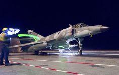 En près de 38 ans de service, le Super Etendard a participé à une douzaine de grandes opérations. Au Liban et en Syrie, effectuant le fameux raid de Baalbek, en ex-Yougoslavie dans les années 90 et en Afghanistan à partir de 2001. En 2011, les SEM participent à l'opération Harmattan en Libye et achèveront leur carrière avec les deux interventions successives du Charles de Gaulle contre le groupe terroriste Daech en Irak et en Syrie