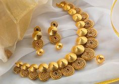 Short Gold Necklace Designs for Women - Kurti Blouse Indian Jewellery Design, Indian Jewelry, Jewelry Design, Trendy Jewelry, Jewelry Sets, Fashion Jewelry, Bridal Jewelry, Gold Jewelry, Gold Necklaces