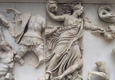 Nyx, die Göttin der Nacht, im Kampf gegen die Giganten, Nordfries des Pergamonaltars, 180-160 v. Chr. © Staatliche Museen zu Berlin, Antikensammlung, Foto: Johannes Laurentius