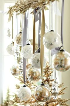 Invite the Christmas spirit to your home with the Christmas ball! - Invite the Christmas spirit to your home with the Christmas ball! Gold Christmas Decorations, Ribbon On Christmas Tree, Noel Christmas, Christmas Balls, Christmas Colors, White Christmas, Christmas Crafts, Table Decorations, Christmas Ornaments
