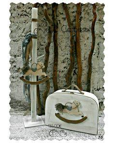 Πακέτο νονού με θέμα το αλογάκι carousel.   Το πακέτο νονού περιλαμβάνει:   Βαλιτσούλα διακοσμημένη με αλογάκι Διαστάσεις : 50Χ20Χ34 εκ Κεροστάτη ή λαμπάδα διακοσμημένη ανάλογα Σετ λαδόπανα Ελληνικής ραφής (περιέχει: 2 πετσέτες,σεντόνι, σετ εσώρουχα - καπελάκι) Μπουκαλάκι λαδιού Σαπουν