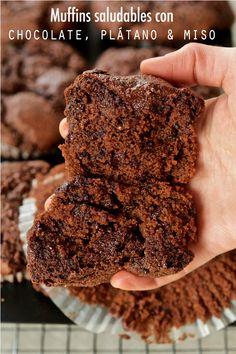 Muffins saludables de chocolate, plátano & miso (con claras de huevo) – Tarthélémy Aquafaba, Banana, Desserts, Food, Muffin Pans, Chocolate Cookies, Spelt Flour, Deserts, Essen